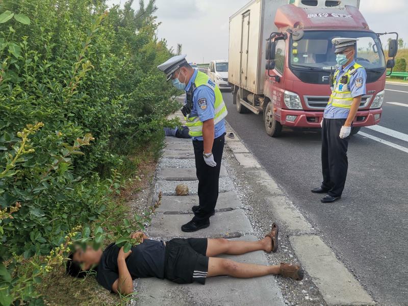 冤家路窄!青岛俩水果商贩在高速路上相遇停车打架
