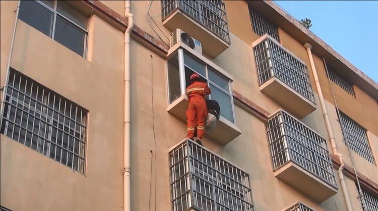84秒丨临沂一醉酒男子夜宿四楼外墙空调外机平台 被救反踹消防员5脚
