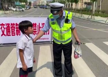 34秒|暖心!烈日炎炎下,聊城一小男孩悄悄为护航高考交警买雪糕降温