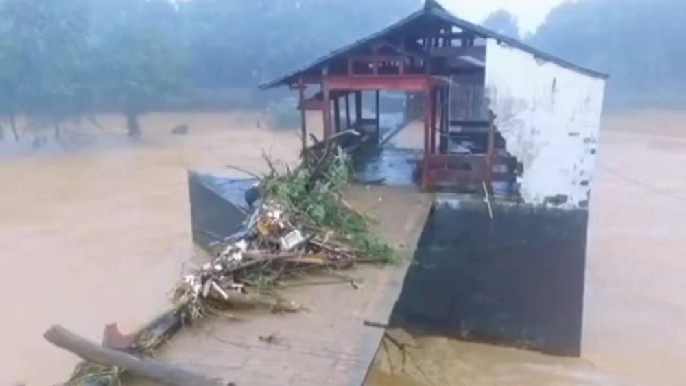 51秒丨江西婺源800年彩虹桥被洪水冲断 部分桥面被冲走