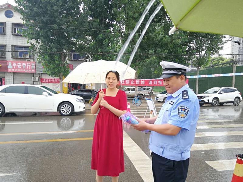 暖心!菏泽交警雨中执勤护航高考,市民急忙送上一把伞:感谢他们的辛苦付出