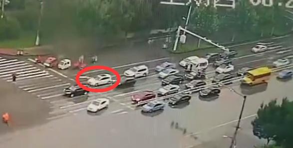 27秒|为生命让行!聊城一路口4辆私家车违章让行救护车,交警:不予处罚