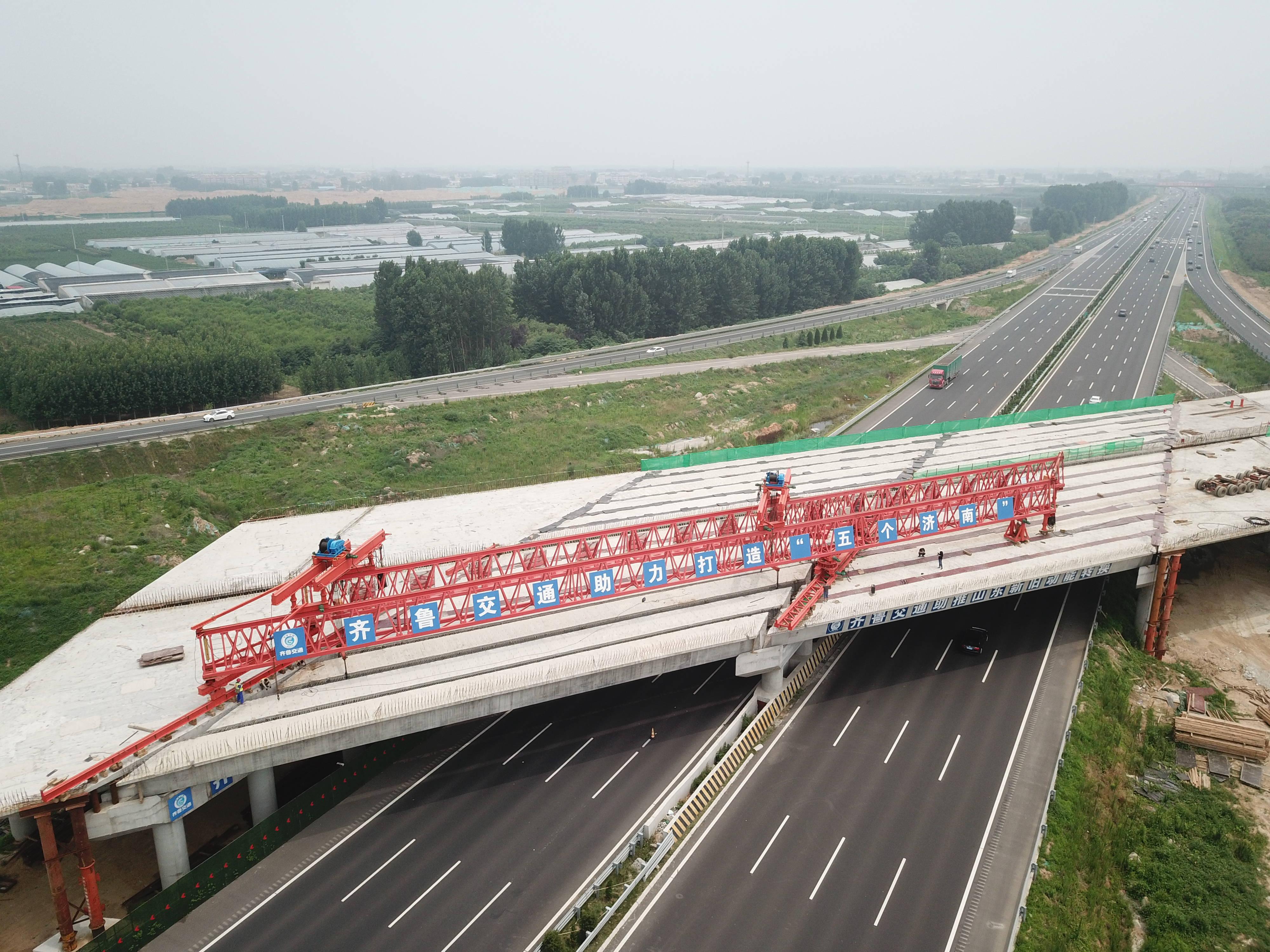 历时1个月,16次封锁!济南大东环唐王互通跨济青高速箱梁架设完成