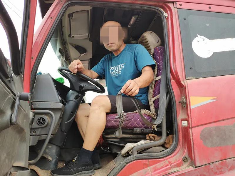 安全带磨损断裂剩半根 货车司机糊弄使用一年多