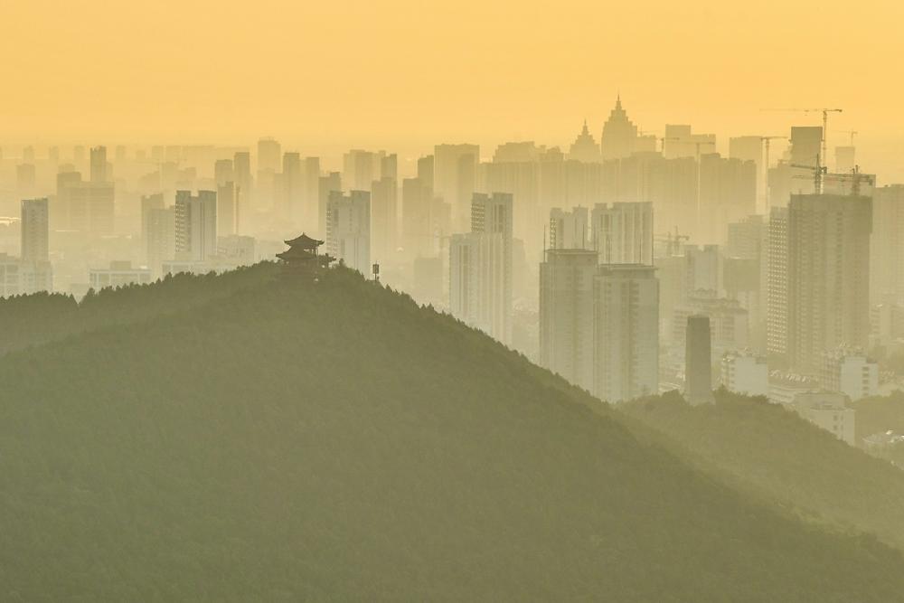 我在千佛山顶赏日落:一轮红日映射悠久老城 华灯初上照耀无限生机