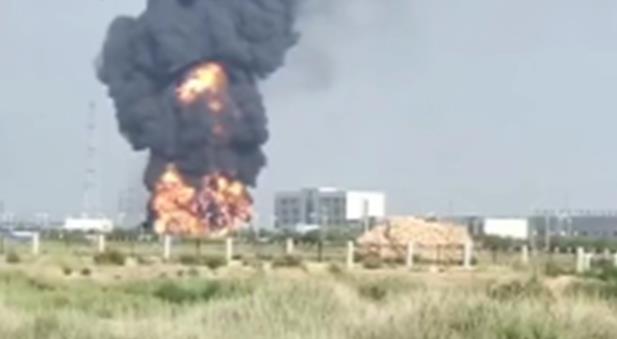 东营港一停车场内油罐车冒罐燃烧  7人受伤送医