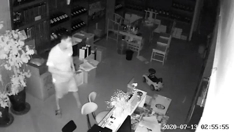 """47秒丨滨州一沿街店铺被撬 小贼""""收获""""颇微却被监控拍下全程"""