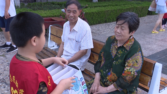"""49秒丨倡导绿色生活 小志愿者变身垃圾分类""""宣传大使""""助力东营创城"""