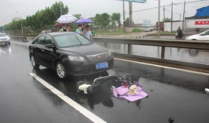 20秒丨教训深刻!雨天湿滑 日照一小轿车撞上电动车