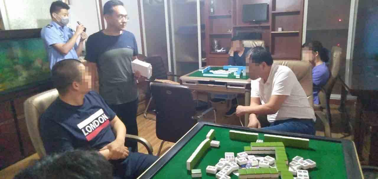 """12人躲在废旧厂区聚众赌博 结果被周村警方""""一锅端"""""""