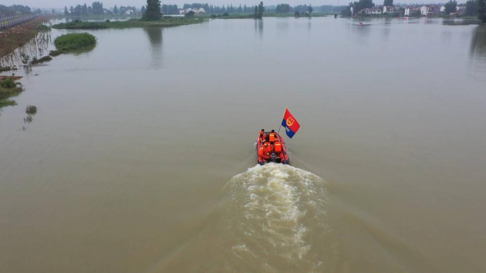 山东消防增援滁州抗洪丨采访途中遇到被困村民 增援队济宁消防队员果断施救