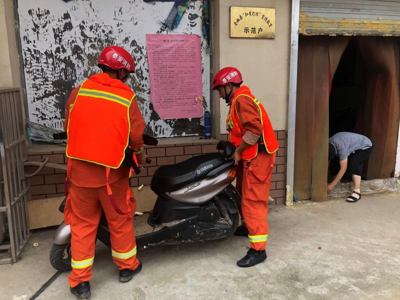 暖!泰安消防在待命状态下主动帮助安徽滁州街边群众搬运电动车