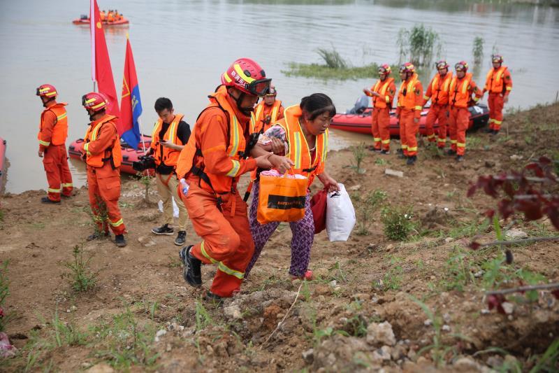 山东消防增援安徽滁州抗洪 救出多名被困湖心岛的群众