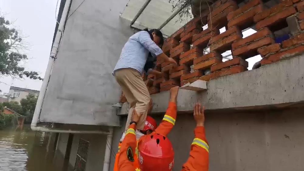 """山东消防增援滁州抗洪丨""""来,肩膀!""""山东消防员以肩为梯救下被困村民"""