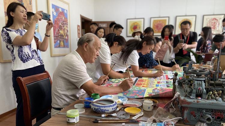 乘风破浪奔小康丨青州农民画画家一年创作50万幅作品交易额达3亿元,个人一年增收2万元