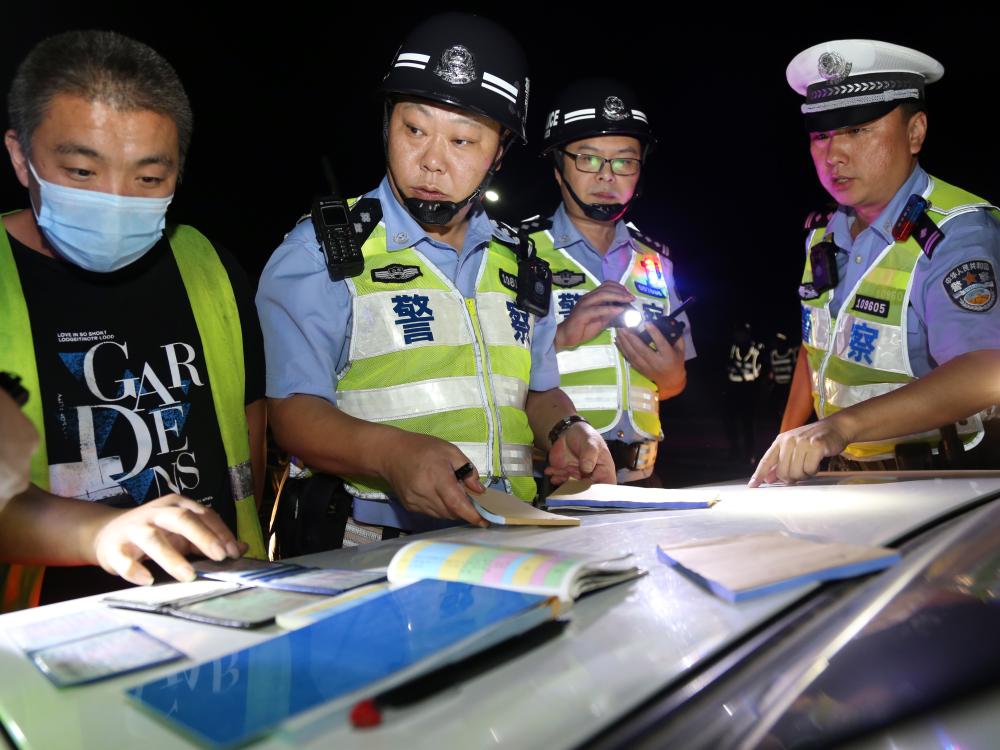 """守护""""夜安全""""  济南交警与泰安交警开展区域联合整治行动"""