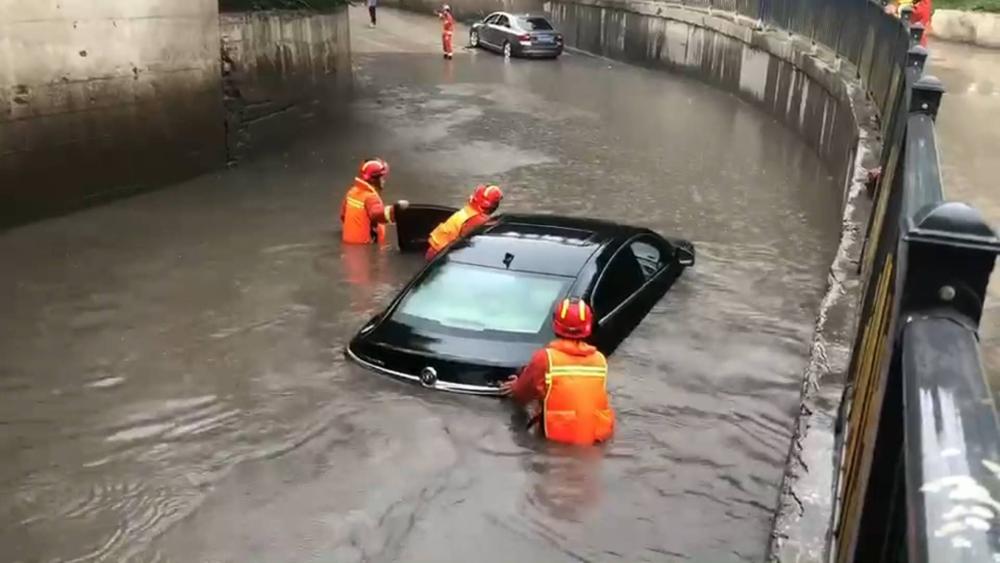 38秒 | 枣庄:桥洞积水轿车被淹  消防员及时施救