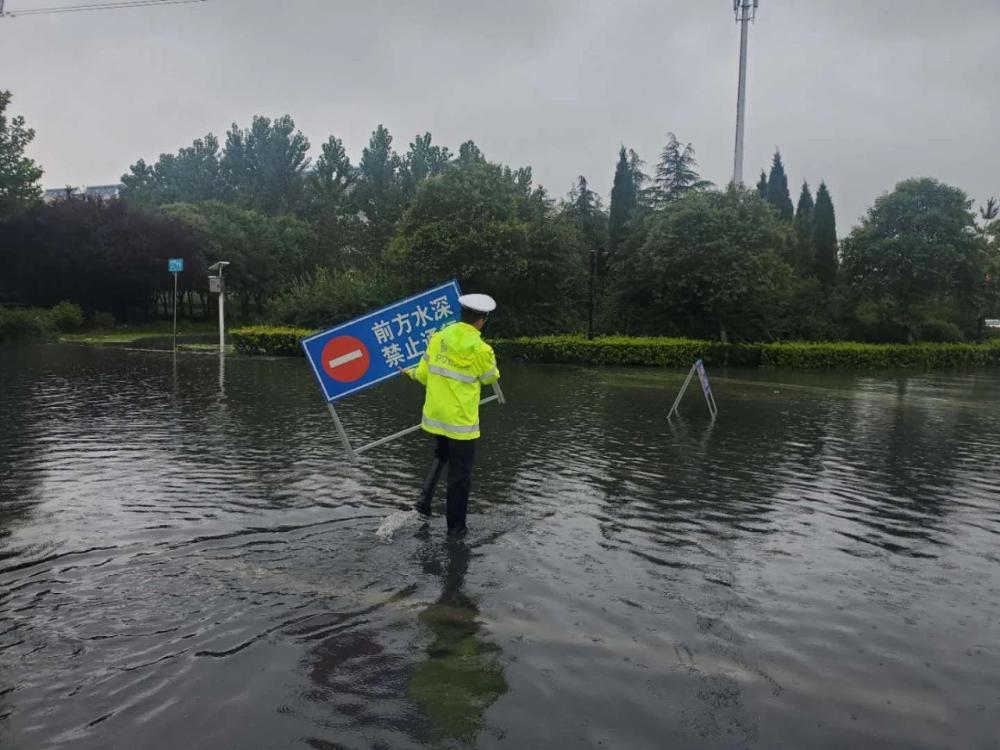 山东全省交警部门出动警力12485人次 确保雨天交通安全