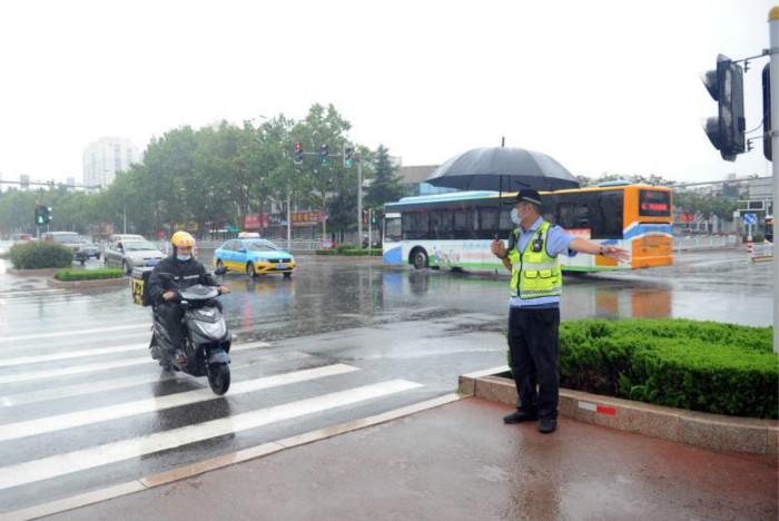 雨,如约而至!日照交警部门严阵以待!