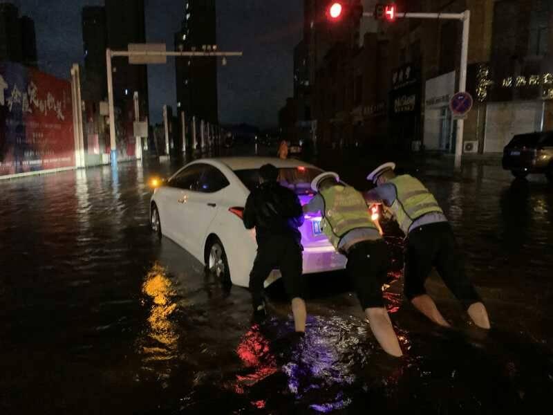 组图:推车,清障,疏导…昨夜今晨暴雨中 执勤交警有点忙