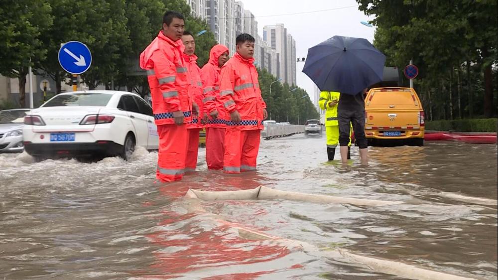 36秒 | 临沂:冒雨强排、清洗淤泥……致敬这些奋战在防汛一线的人们