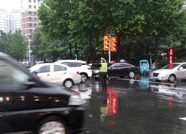 潍坊交警坚守岗位 风雨中护航市民出行