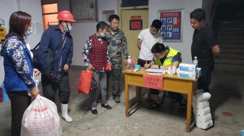 临沂沂南暴雨致20多户居民家中进水 当地组织群众转移紧急排水