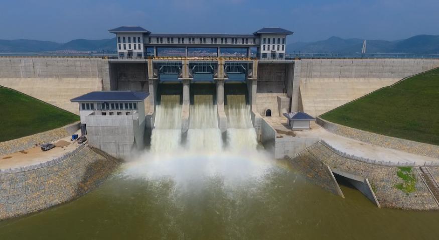 43秒|水流如万马奔腾,气势磅礴场面壮观!直击枣庄庄里水库首次开闸泄洪