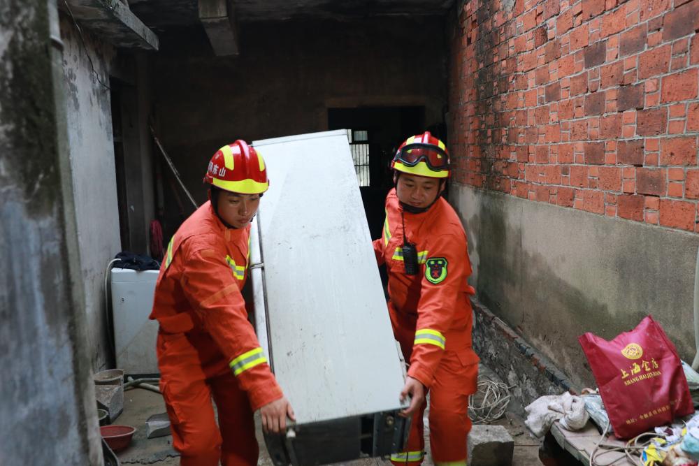 驰援滁州|鲁皖情深!援皖抗洪突击队救助一名90多岁空巢老人