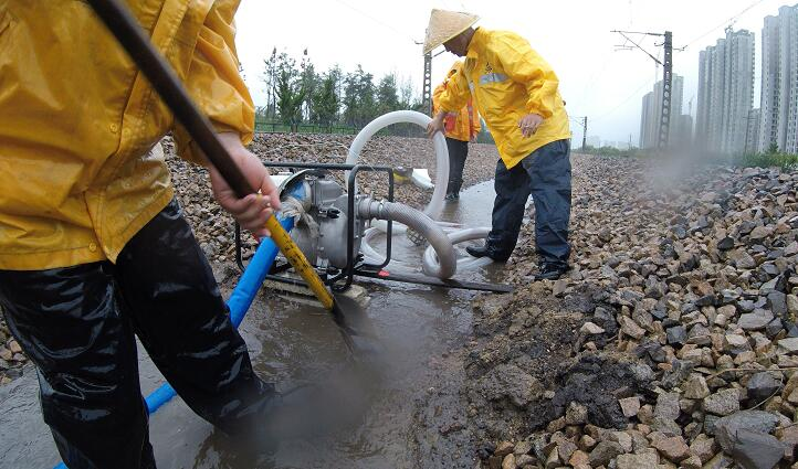 排积水、清淤堵、加固土体......济铁临沂工务段暴雨中筑牢安全堤坝