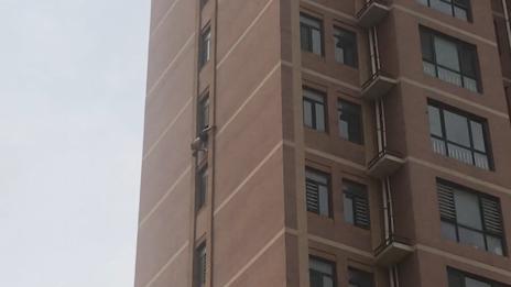 46秒丨九旬老人倒挂十楼窗外  消防队员2分钟破门上演生死时速