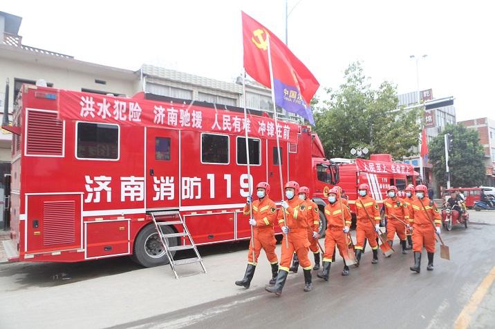 """【驰援滁州,温暖瞬间】当地居民""""拍了拍""""山东消防队员:辛苦了"""