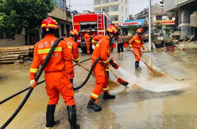 驰援滁州丨扫帚、铁铲、水枪......直击临沂消防抗洪清淤一线