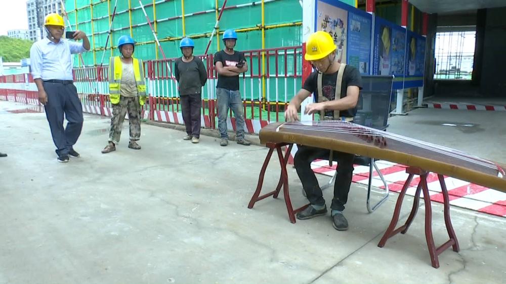 75秒|自学古筝考过四级 22岁农民工青岛工地走红