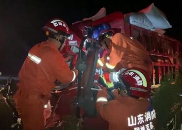 52秒|满载沙土大货车疲劳驾驶撞进路边护栏 消防员30分钟破拆救人