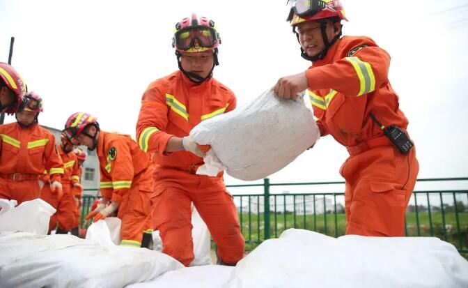 驰援安徽|抗洪一线彰显青年担当 临沂消防加固堤坝守护安全