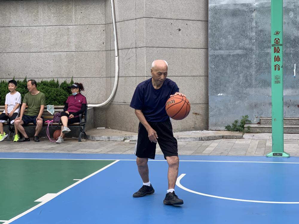 51秒丨92岁硬核大爷坚持打篮球70年