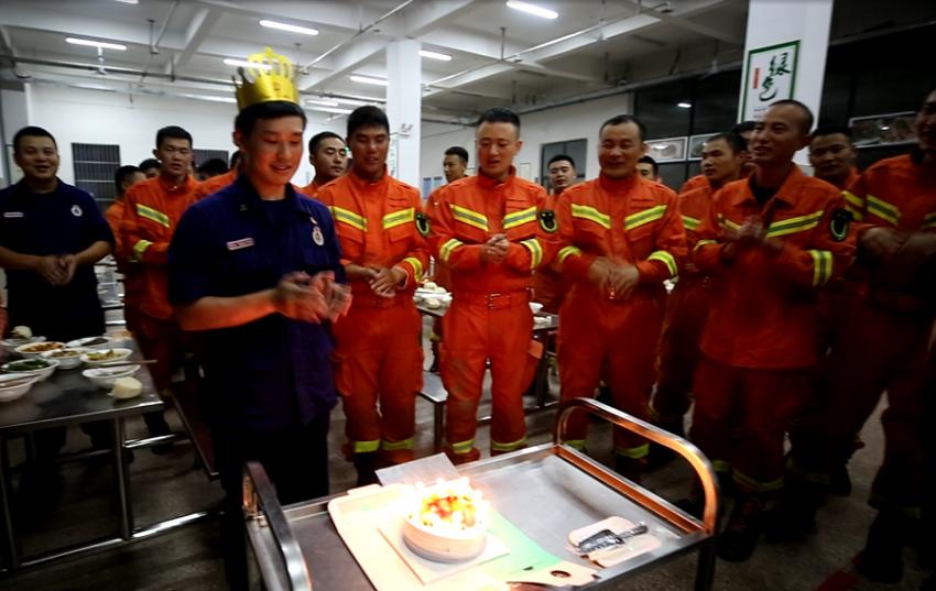 """68秒丨济宁消防员抗洪一线过生日 父母和队友送上""""最美祝福"""""""