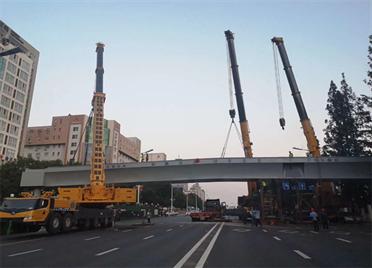 威海世昌大道-奈古山路过街天桥主体吊装完成 8月底前具备通行条件!