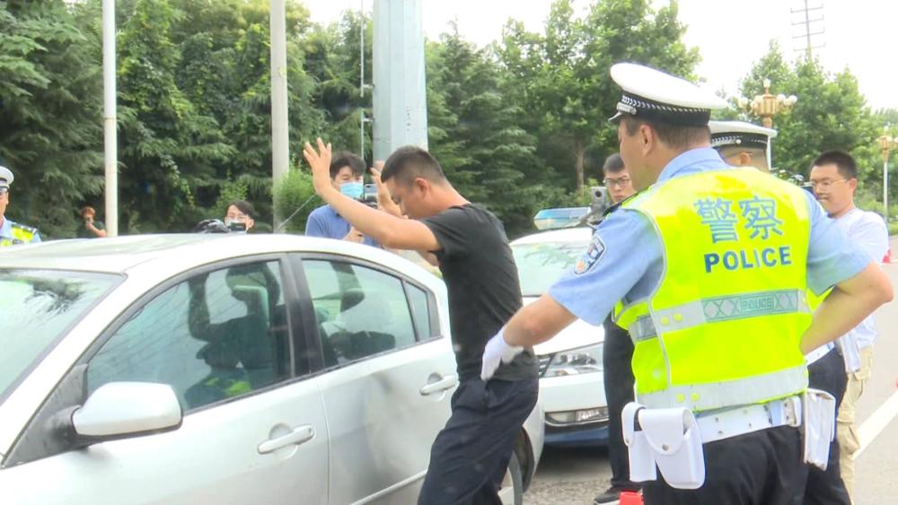 47秒|潍坊民警破窗抓酒驾司机!这个模拟够真实