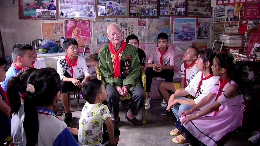70秒丨情暖八一!邹城青年学生听抗战老兵讲述红色故事