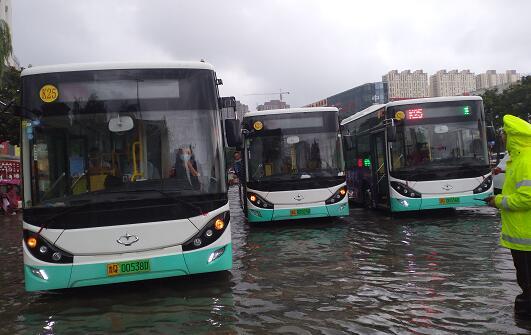 因受降雨影响,截止上午9点临沂城区仍有21条线路暂缓发车,8条线路临时绕行