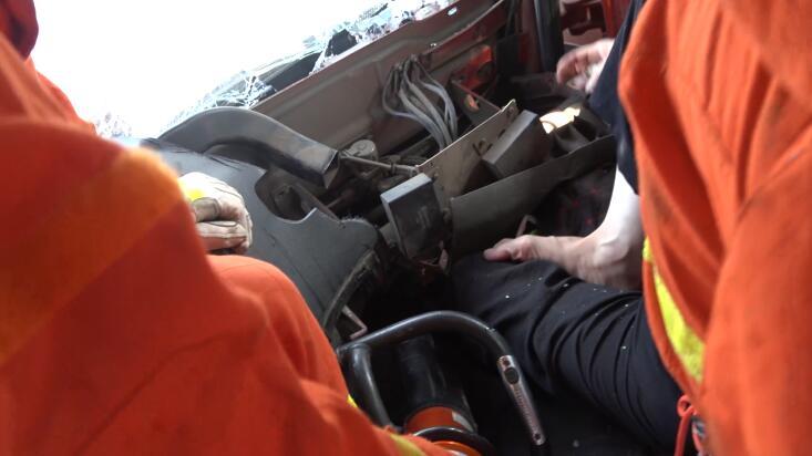 40秒|水泥罐车与半挂车相撞一人被困 临沂消防紧急救援