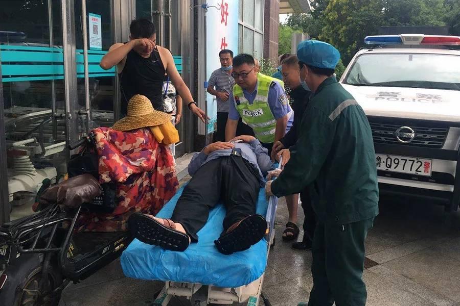 防汛时一男子摔倒受伤急需送医 临沂交警飞驰救助15分钟送达