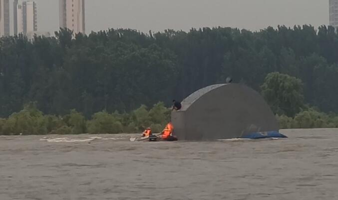 36秒|水位突然上涨,临沂一男子捕鱼被困沂河橡胶坝
