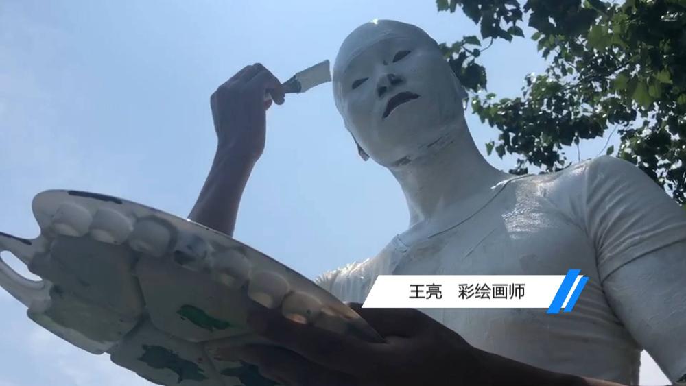 """75秒丨用画笔练就""""隐身术"""" 济南小伙在泉城广场""""消失"""""""
