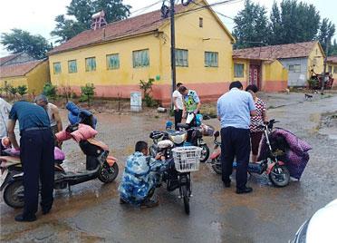 高密交警利用早、午、晚、雨天等一切农闲时机 为辖区电动车挂牌