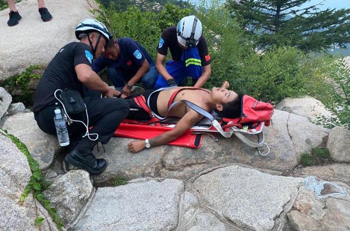 男子穿拖鞋爬崂山拍照  从巨石摔下获救进医院