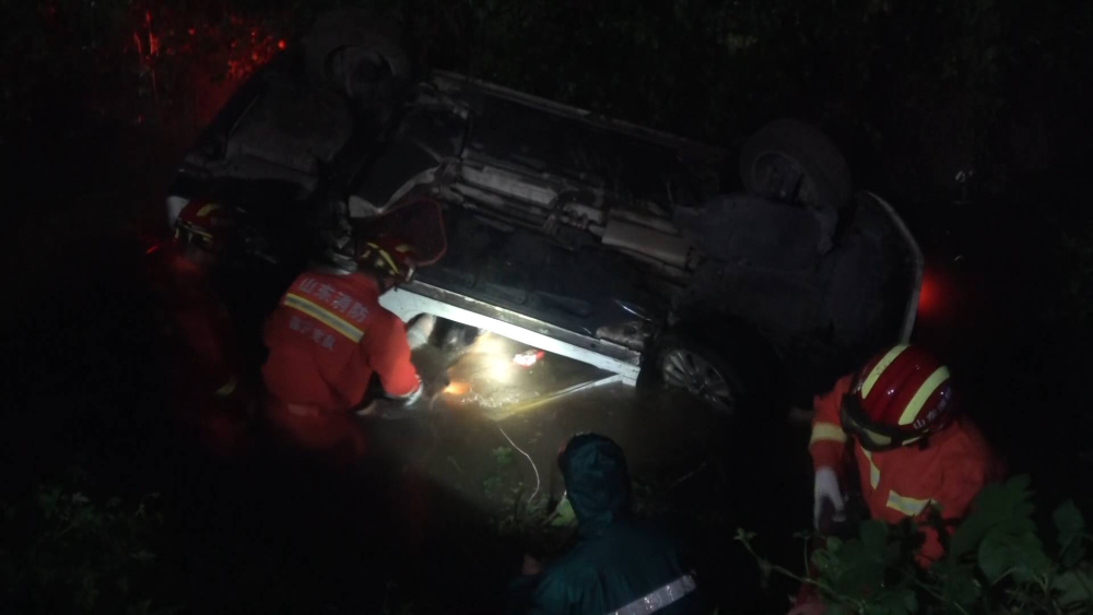 42秒丨凌晨一轿车倒扣在水沟中 雨还在下水位上涨3人被困车里