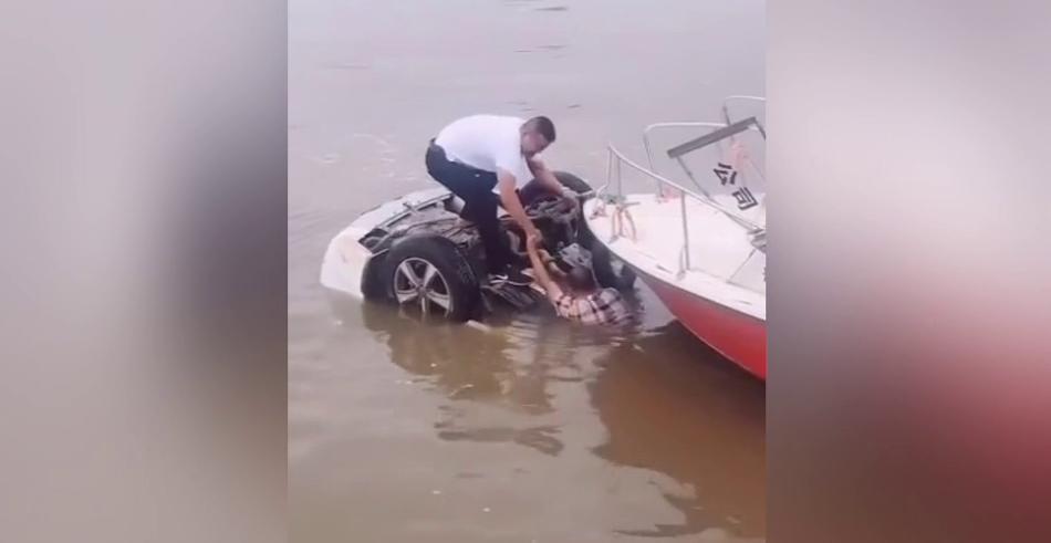 临沂一男子开车掉入河中 车身整个翻转入水男子趴车底等待救援